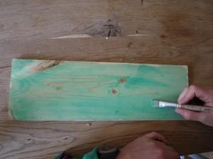Nun bekommt unser Brett die nötige Farbe. foto (c) kinderoutdoor.de