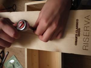 Von der Rückseite des Bretts drehen wir die Schrauben durch, mit denen wir die geschnitzten Pilze befestigen. Foto (c) kinderoutdoor.de