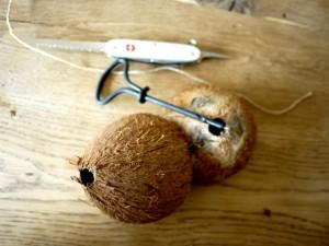 Auf dem Weg zum eigenen Vogelhäuschen. Zwei Löcher in die Kokosnuss bohren. Foto (c) kinderoutdoor.de