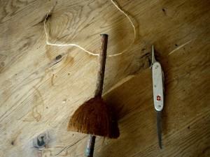 Zum Schluss noch die Schnur durchfädeln und fertig ist das Futterhäuschen aus der Kokosnuss. Foto (c) kinderoutdoor.de