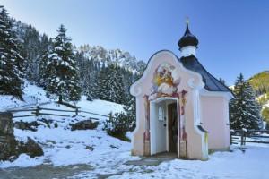 Winterwandern mit Kindern im verschneiten Bayern: Auf den Prüschling aufsteigen und dann mit dem Schlitten runterrodeln. Foto (c) Bildquelle: BAYERN TOURISMUS Marketing GmbH