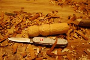 Wir schnitzen mit der kleinen Klinge vom Taschenmesser die unterste und mittlere Kugel vom Schneemann. Foto (c) kinderoutdoor.de
