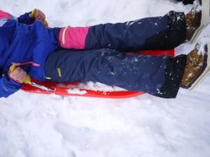Ein Hingucker, auch beim Rodeln! Die Bergans Skihose Knyken Insulated Youth Girl Pants ist eine zwei Lagenhose und entsprechend dicht.  Foto (c) kinderoutdoor.de
