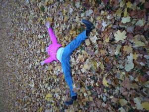 Wir malen einen Herbstlaub Engel in den Park Foto (c) kinderoutdoor.de