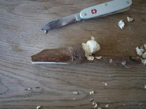 Nun schnitzen die Kinder den Körper vom Seehund mit der großen Klinge vom Taschenmesser.  Foto (c) kinderoutdoor.de