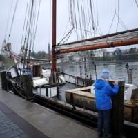 So, noch schnell das Schiff vertäut und ab nach hause. Mit dem Vaude Kids Arctic Fox Jacket verliert schlechtes Wetter seinen Schrecken.   Foto (c) kinderoutdoor.de