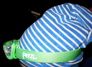 Die Petzl Stirnlampe Tikka bringt Licht ins Dunkle und ist ideal für Kinder. Foto (c) kinderoutdoor.de