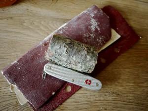 Mit dem Taschenmesser schnitzen wir aus diesem Stück Holz einen Orangenschäler. Foto (c) kinderoutdoor.de
