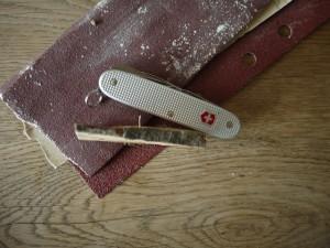 Bevor wir mit dem Taschenmesser schnitzen müssen wir das Astholz spalten. Foto (c) kinderoutdoor.de