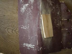Bevor wir mit dem Taschenmesser schnitzen, müssen wir das Holz abschmirgeln. Foto (c) kinderoutdoor.de