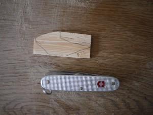 Dann schnitzen wir mal mit dem Taschenmesser Stück für Stück den Orangenschäler frei. Foto (c) kinderoutdoor.de