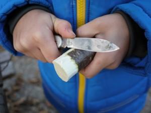 Beim Werken mit dem Taschenmesser schnippeln wir ein Drittel der Rinde weg.  Foto (c) kinderoutdoor.de