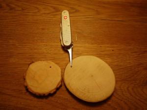 Weihnachtsdeko basteln ohne Taschenmesser? Undenkbar! Mit der Ahle bohren wir die Löcher für die Dekoschnüre. Foto (c) kinderoutdoor.de