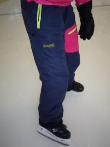 Bergans Skihose für Kinder im Dauertest: Wie gut ist die Knyken Insulated Youth Girl Pants beim Schlittschuhlaufen? Foto (c) kinderoutdoor.de
