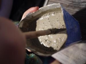 Kerzenleuchter aus Kreativbeton braucht auch gute Betonmischer. Die sind meistens klein und haben eine unglaubliche Freude an dieser Arbeit. Foto (c) kinderoutdoor.de