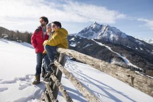 Eine kurze Rast bei der Schnitzeljagd im Winterurlaub vor dem Serles im Stubaital.  foto (c) TVB Stubai Tirol/Andre Schönherr