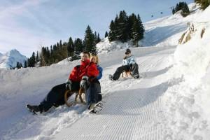 Sankt Anton am Arlberg bietet Tag und Nacht einen Rodelspaß für die Familien. Bildnachweis: TVB St. Anton am Arlberg/Josef Mallaun