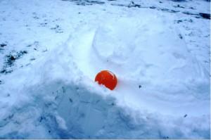 Spiele im Schnee: Hier rollt die Kugel auf einer abenteuerlichen Bahn, welche die Kinder gebaut haben.  foto (c) kinderoutdoor.de