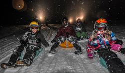 Flott geht es nachts mit der ganzen Familie in der Tiroler Zugspitzarena die Hänge runter.  foto (c) Tiroler Zugspitz Arena/Uli Wiesmeier