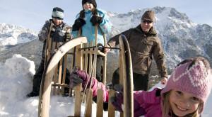 Winter im Karwendel. Da müsst Ihr unbedingt mal den Kranzberg bei Mittenwald mit dem Schlitten runterflitzen. Foto (c) Alpenwelt Karwendel Mittenwald Krün Wallgau Tourismus GmbH