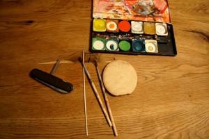 Werken mit dem Taschenmesser: Das braucht Ihr um unser Vogerlspiel zu basteln. Foto (c) kinderoutdoor.de