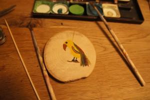Werken mit dem Taschenmesser: Zuerst malen wir den Papagei auf eine Seite der Holzscheibe. Foto (c) kinderoutdoor.de