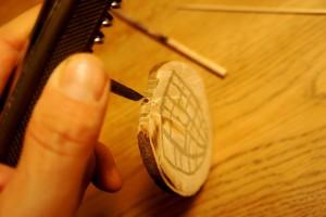 Werken mit dem Taschenmesser: Wir bohren ein Loch in die Unterseite der Astscheibe. Foto (c) kinderoutdoor.de