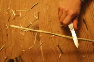 Werken mit dem Taschenmesser: Da gehört schnitzen auch dazu. Foto (c) kinderoutdoor.de