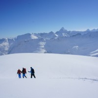"""Christian Pichler von BergBua rät:"""" Ideal wäre natürlich, wenn man sich einem ausgebildeten Schneeschuhwanderführer anvertraut, der einem neben der Grundtechnik und den möglichen alpinen Gefahren viel Wissenswertes rund um das Thema Schneeschuhwandern vermittelt.""""  Foto (c) kinderoutdoor.de"""