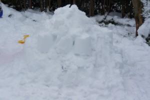 Schnitzeljagd im Schnee: Fehlen nur noch die Teelichter für unsere Spielstation. Foto (c) kinderoutdoor.de