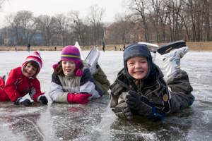 Schlittschuhlaufen im zugefrorenen Spreewald. Das Abenteuer für Outdoor Kinder. Foto: © studioJowita – Fotolia.com