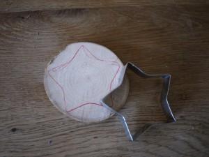 Werken mit dem Taschenmesser: Bevor es losgeht zeichnet Ihr den Stern auf.  Foto (c) kinderoutdoor.de