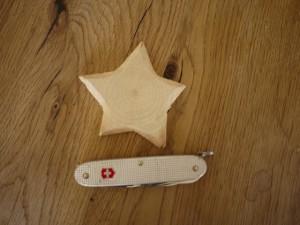 Werken mit dem Taschenmesser: Die Kinder schnitzen mit dem Taschenmesser die Kanten Kerzenständer weg.  Foto (c) Kinderoutdoor.de