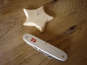 Werken mit dem Taschenmesser: Fertig ist der geschnitzte Kerzenständer.  Foto (c) kinderoutdoor.de