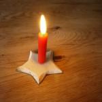 Werken mit dem Taschenmesser: Kinder schnitzen einen Kerzenständer