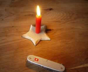 Werken mit dem Taschenmesser: Fertig ist der geschnitzte Kerzenständer, den die Kinder gebastelt haben.  Foto (c) kinderoutdoor.de