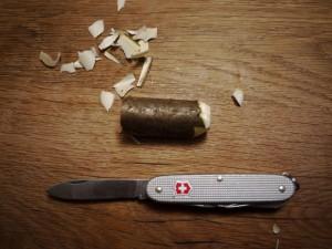 Krippenfiguren selber schnitzen: Mit dem Taschenmesser ein Ende vom Holz abrunden.  Foto (c) kinderoutdoor.de