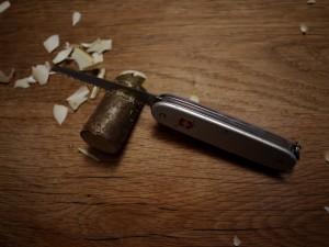 Krippenfiguren mit dem Taschenmesser selber schnitzen. Wie gut, dass das Taschenmesser eine Säge hat! Foto (c) kinderoutdoor.de