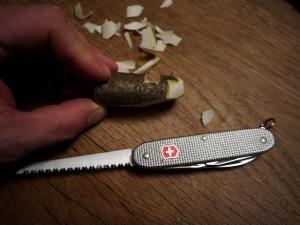 Krippenfiguren selber schnitzen. Mit der Ahle (Stechdorn) vom Taschenmesser legen wir den Zwischenraum von Kopf und betenden Händen frei.  Foto (c) kinderoutdoor.de