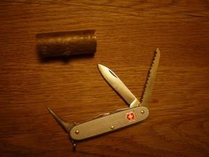 Krippenfiguren selber schnitzen: Wichtig ist, dass Ihr ein Taschenmesser mit Säge, Ahle (Stechdorn) und verschiedenen Klingen habt.  Foto (c) kinderoutdoor.de