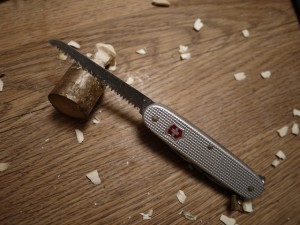 Krippenfiguren selber mit dem Taschenmesser schnitzen. Wir sägen die Hände vom Josef vor.  Foto (c) kinderoutdoor.de