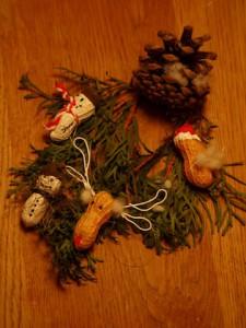 Christbaumanhänger mit Kindern basteln: Fertig sind unsere tollen Weihnachtserdnüsse.  Foto (c) kinderoutdoor.de