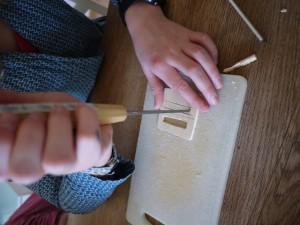 Schnitzen mit Kindern. Langsam entsteht der Tubenausdrücker. Foto (c) kinderoutdoor.de