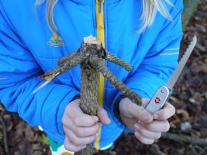 Kinder schnitzen mit dem Taschenmesser einen Outdoorquirl. Foto (c) kinderoutdoor.de