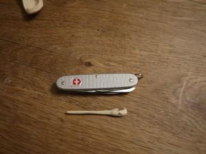 Schnitzen mit dem Taschenmesser: Nun schnitzen wir noch die Haarnadel.  foto (c) kinderoutdoor.de