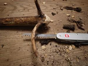 Kinder schnitzen mit dem Taschenmesser: Nun runden wir das andere Ende vom Wipfel ab. Foto (c) kinderoutdoor.de