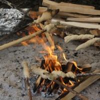 Schnitzeljagd gut, alles gut. Die Schatzsuche kann mit Stockbrot am Lagerfeuer ausklingen.   Foto (c) kinderoutdoor.de