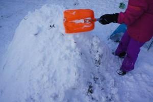 Iglu bauen mit Kinder: Schaufelt den Gymanstikball mit Schnee zu.  Foto (c) kinderoutdoor.de