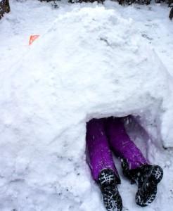 Iglu bauen mit Kinder: Nun baut Ihr den Hohlraum aus. Foto (c) kinderoutdoor.de