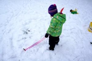 Ilgu bauen mit Kindern: Zuerst die Grundfläche vom Schneehaus aufzeichnen.  Foto (c) kinderoutdoor.de